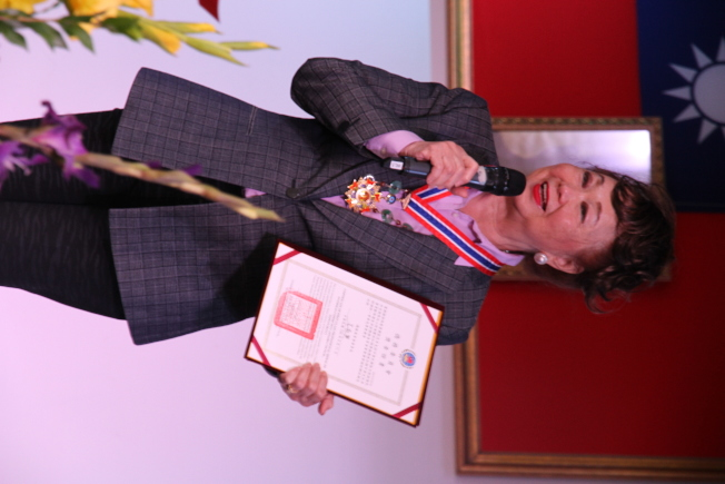 長期在僑界出錢出力的崔競乾,獲頒象徵僑胞「最高榮譽」的一等華光獎章。(記者李榮/攝影)