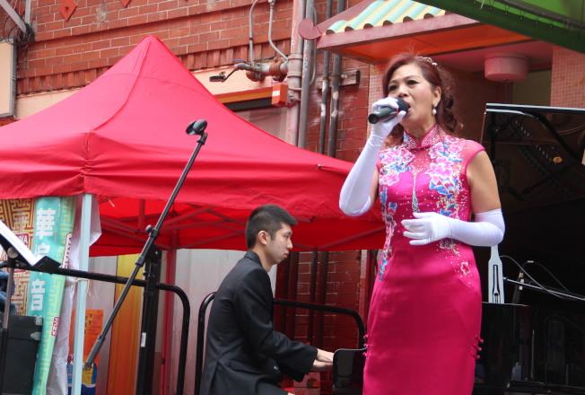劉潔行和方惠芬(右)合作的「上海爵士」是第一個表演的節目,為觀眾帶來了「上海灘」,「如果沒有你」和「等著你回來」等經典曲目。(記者李晗/ 攝影)