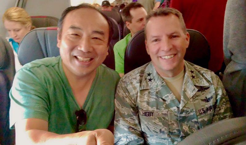 喻青(左)日前於前往華府的飛機上巧遇美軍將領西格畢(右);被美軍紀律「毀三觀」,完全顛覆過去的觀念,重新定義美國「人民公僕」的精神。(喻青提供)