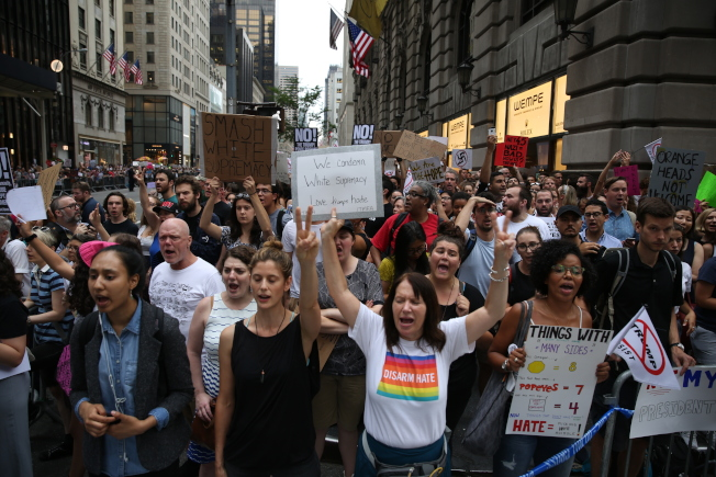 數萬紐約客聚集川普大廈周邊,向上任後首次回紐約的川普高聲抗議。(記者洪群超/攝影)