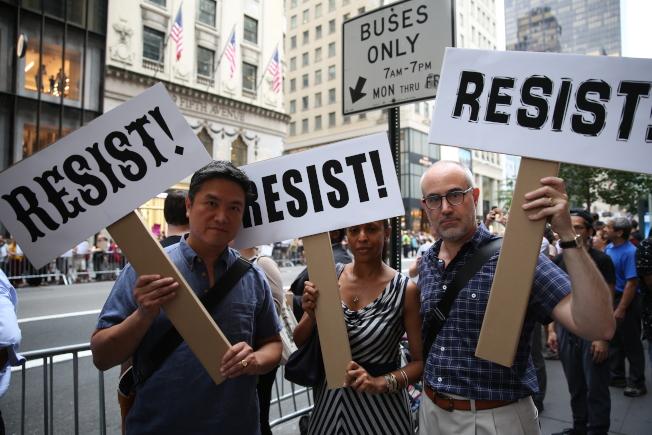 紀培堅(左一)與友人前來抗議。(記者洪群超/攝影)