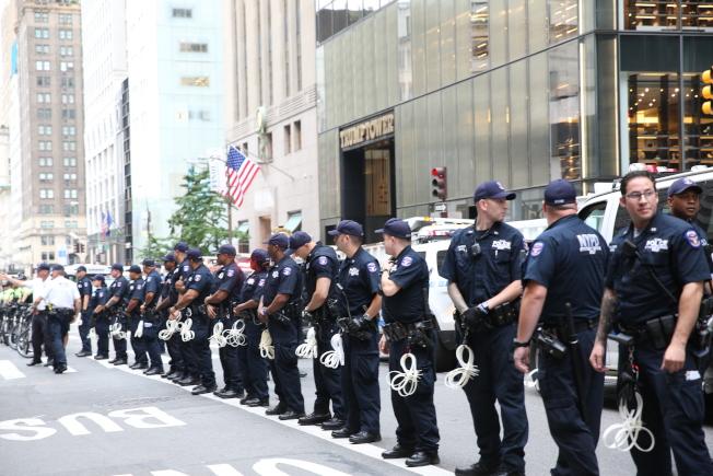 大批警力面向示威者。(記者洪群超/攝影)