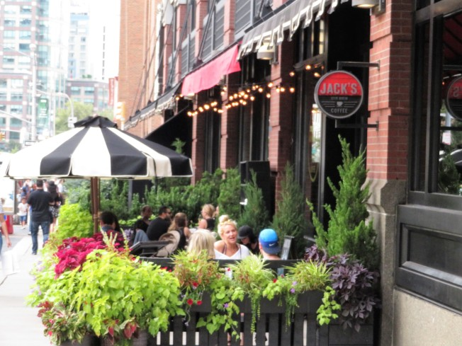 翠貝卡區內匯集眾多餐廳,許多人喜歡在戶街邊就餐,享受街道的愜意和可口美食。(記者陳小寧/攝影)