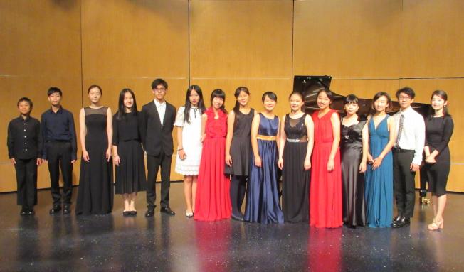 由中華表演藝術基金會主辦的第26屆胡桃山音樂營圓滿結營。今年報名人數很多,由於名額限制,只有48名資優青年,在三周的營期中接受29位重量級音樂家的指點,進行個人、室內樂課程,並參加協奏曲比賽。音樂營中舉辦19場音樂會、11場大師講座。學員還有與水星交響樂團在麻省理工學院禮堂同台演出的難忘經驗。音樂營的幾場音樂會受到媒體注意,獲得波士頓最大的古典音樂雜誌 Boston Music Intellengencer 六次報導評論,稱音樂營為「南邊的岩港音樂節」(Rockport Music festival South) 。圖為參與MIT音樂會演出的學員合影。(中華表演藝術基金會提供)