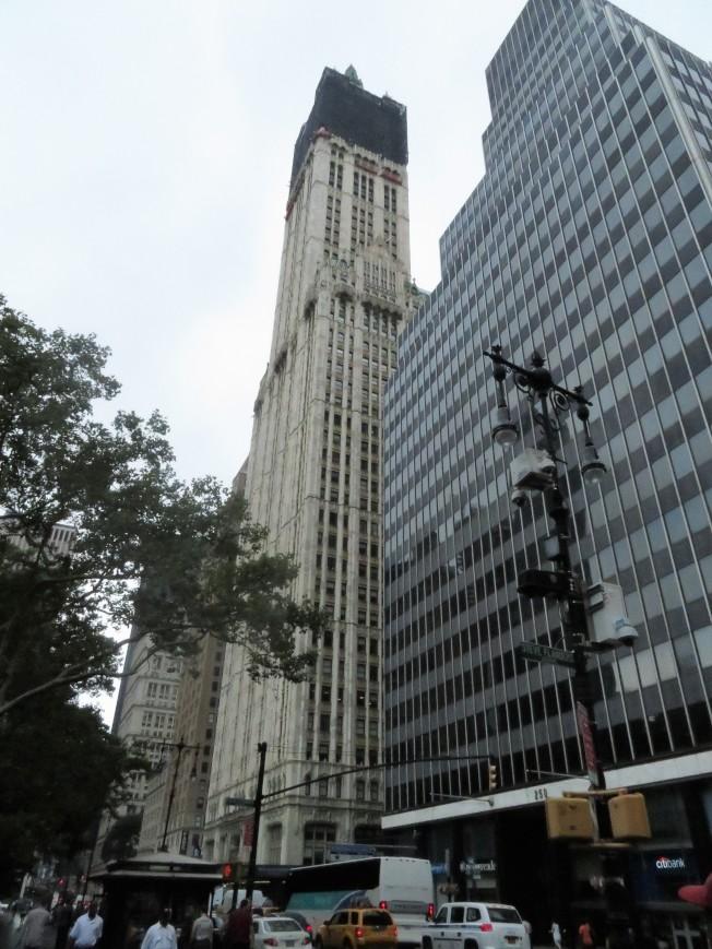 伍爾沃斯大廈緊鄰市政廳,是由一座地標大樓改造成豪華公寓的典範。(記者陳小寧/攝影)