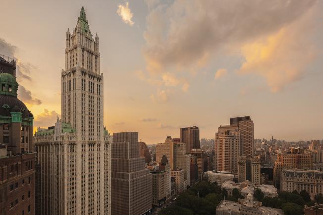 伍爾沃斯大廈落成於1913年,坐落在紐約市市政廳旁,與中城帝國大廈遙遙相望。(取自The Woolworth Tower Residences網站)