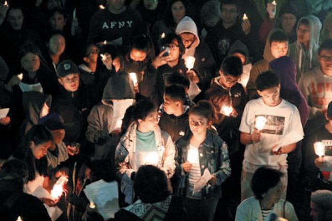 許多青少年參與了本次燭光悼念。(記者李晗/攝影)