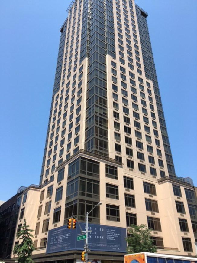 建於2002年的約克維爾東89街389號33層高檔共有公寓。(記者李碩/攝影)
