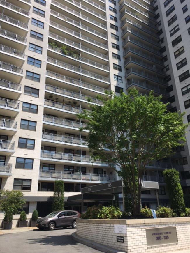 約克維爾Yorkshire Towers為21層出租高檔公寓。