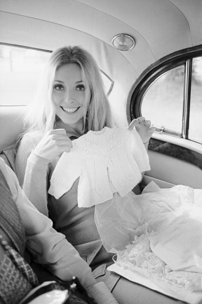 莎朗蒂在遇害前三天在車內拿著寶寶的衣服,開心拍照。圖/取自網路