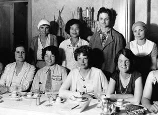 99人會成員,包括埃爾哈特(前排右二)、Louise Thaden(後排右二)及張瑞芬(後排左二)等聚會。(網路圖片)
