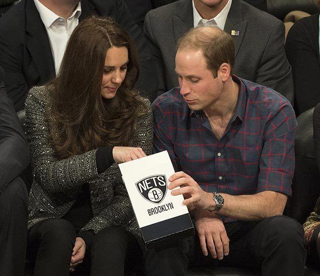 威廉和凱特喜歡吃爆米花,兩人2014年訪問紐約觀賞NBA比賽,分享一包爆米花。 (路透)