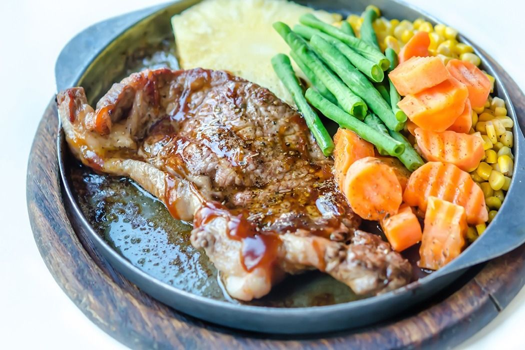 平價牛排因價格便宜,多使用許多添加物製成的組合肉,這時磷就扮演重要的黏著劑角色,相較原塊牛排,組合肉牛排的磷含量就高上3至5成。(ingimage)