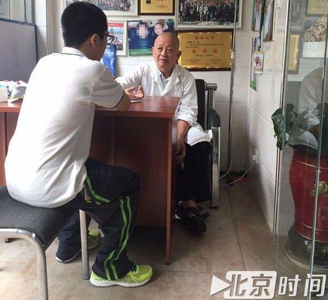 周德榮為患者把脈。(取材自北京時間)
