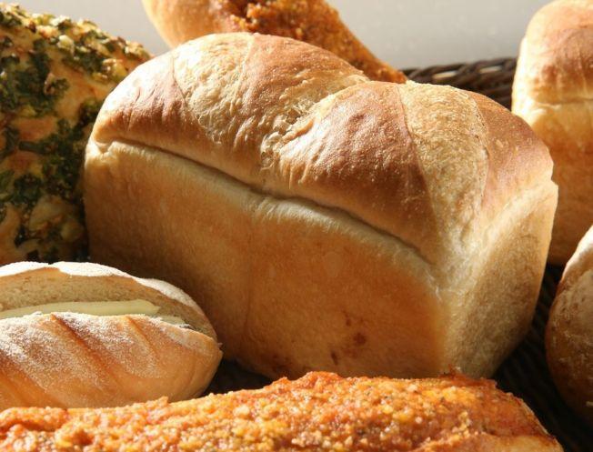 不少人將麵包、蛋糕等精緻澱粉類當成主食,醫師警告,這容易加速血糖上升,使糖尿病提早報到。(本報資料照片)