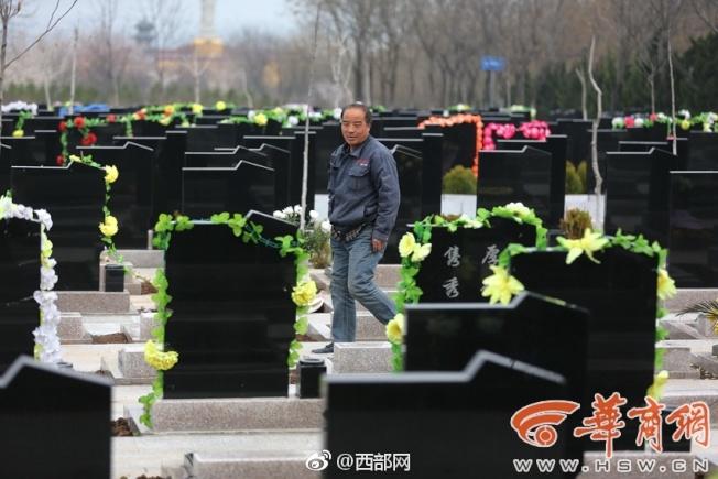 長安區的鳳棲山墓園開建後不久,張西安就被聘雕刻墓碑,目前經他手雕刻的墓碑少說也有上萬塊。(取材自華商報)