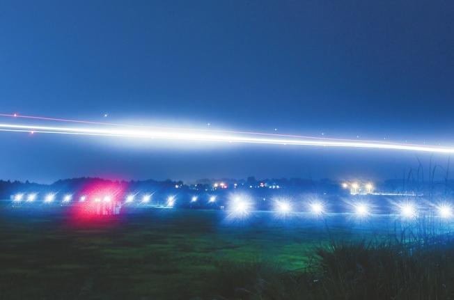 夜間的成都雙流國際機場燈火絢爛。(取材自華西都市報)