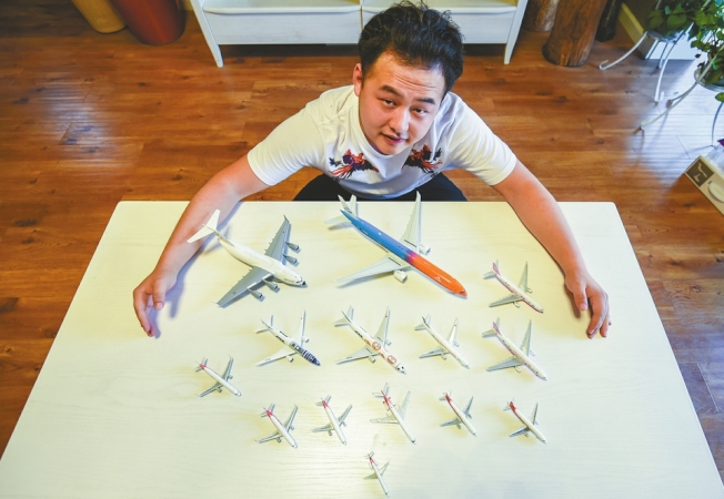 成都「飛友」李蒙驪,5年來收集了國內外多家航空公司的40多架飛機模型。(取材自華西都市報)