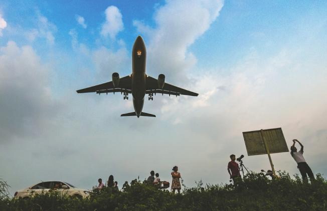 成都雙流國際機場周圍那些偏僻小路,成為了飛友們蹲守拍攝飛機的好去處。(取材自華西都市報)