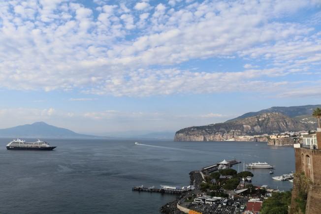 索倫托的碼頭上岸遙望海的對過是維蘇威火山。