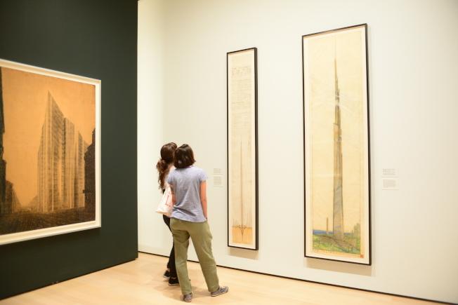在展廳中欣賞萊特摩天大樓草圖的民眾。(記者許振輝/攝影)