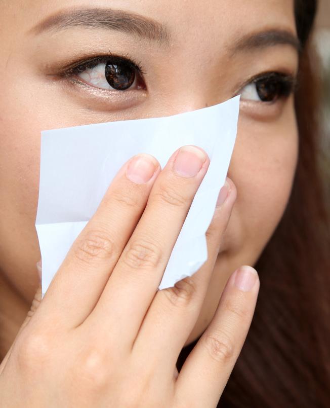 吸油面紙能吸附的油量其實有限。(本報資料照片)