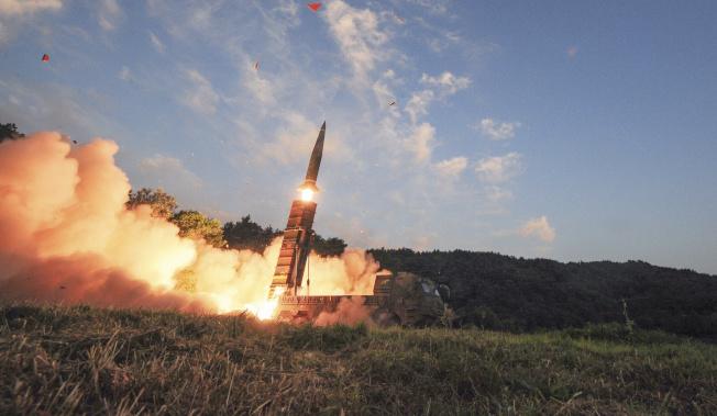 南韓4日在靠近北韓邊界的坡州舉行實彈演習,發射玄武飛彈。(歐新社)