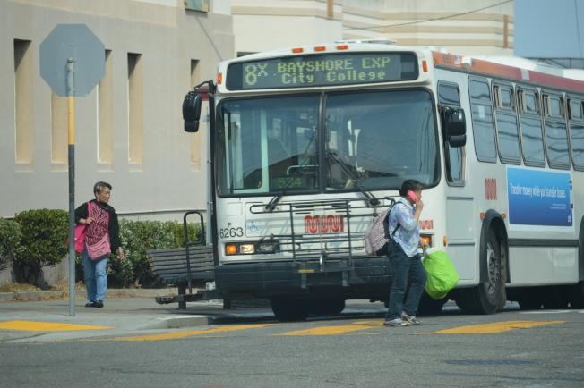 不少華裔婦人是在搭公車前後被搶劫或攻擊。(本報檔案照,記者李秀蘭攝影)