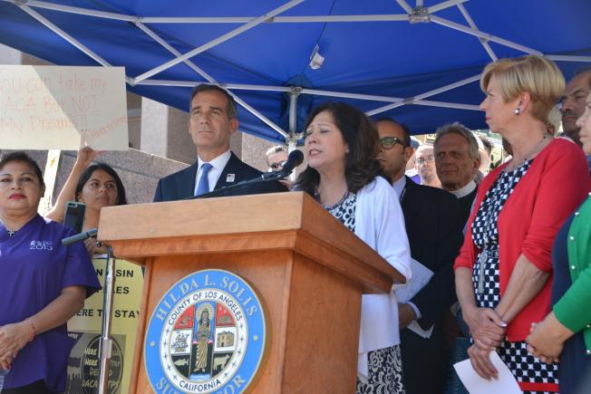洛杉磯市長賈西提(左二起)、縣政委蘇麗絲、韓珍妮支持夢想生,表示加州是夢想生的家園。(記者高梓原/攝影)