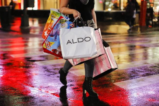 如今「快時尚」(Fast Fashion)的流行趨勢更是容易讓人守不住荷包。(Getty Images)