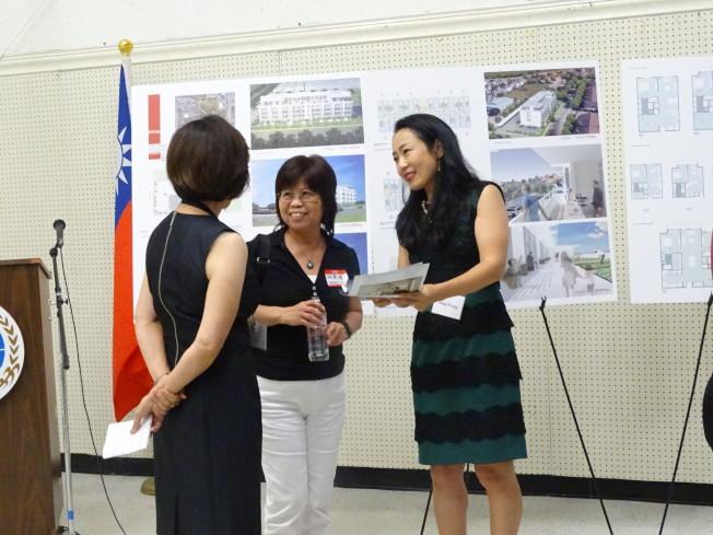 負責「祥瑞花園」銷售工作的Anna Wang(右)細心為客戶講解各項設施。