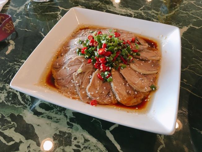 韭香無骨鴨($14.95元)油亮的鴨肉,鹹香的醬汁,配上清脆麻辣的土豆片,味道層次豐富多變。(記者莊婷/攝影)