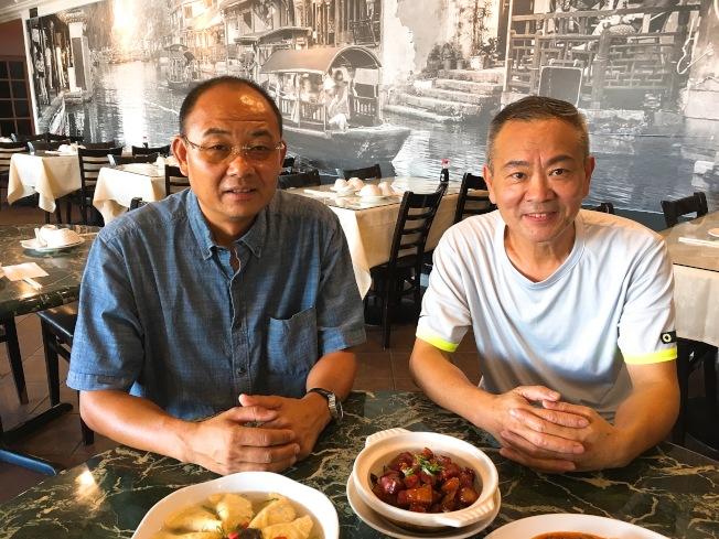 餐廳老闆徐強(左)與經理畢建新(右)都是喜愛川菜的人,一起經營餐廳向華人、老外饕客分享川菜的美味。(記者莊婷/攝影)