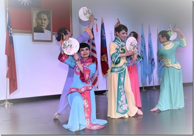 李小林在古典團扇舞「潯陽遺韻」的舞姿。