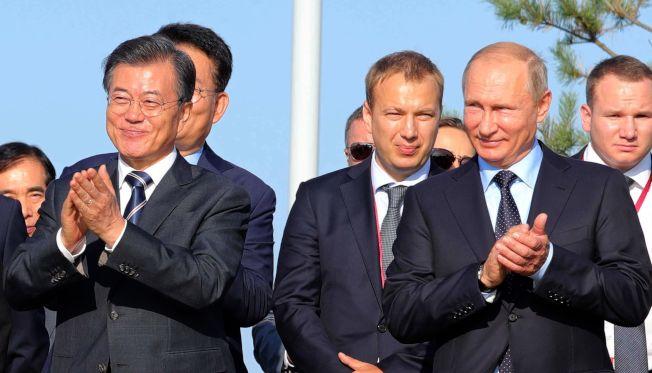 南韓總統文在寅(左)6日在莫斯科,會晤俄羅斯總統普亭(右)。普亭表示不會中斷對北韓供應石油。(Getty Images)