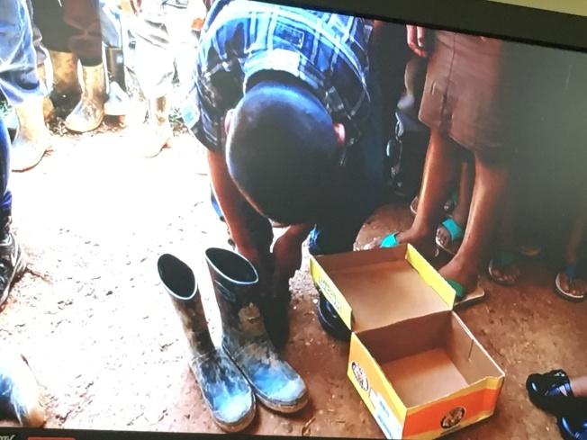 瓜地馬拉當地小孩第一次穿鞋模樣。(幫幫忙基金會提供)