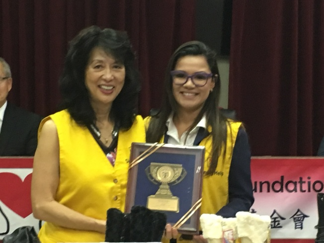 Celeste Pinedy送幫幫忙基金會會長鮑潘曉黛獎牌表達感謝。(記者謝雨珊/攝影)
