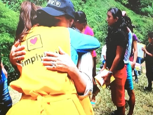 當地受惠人與幫幫忙基金會志工相擁表達感激。(幫幫忙基金會提供)