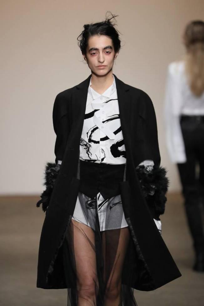 周裕穎在2017秋冬紐約時裝展上以董陽孜的書畫作品結合西服,驚豔時尚界。(周裕穎提供)