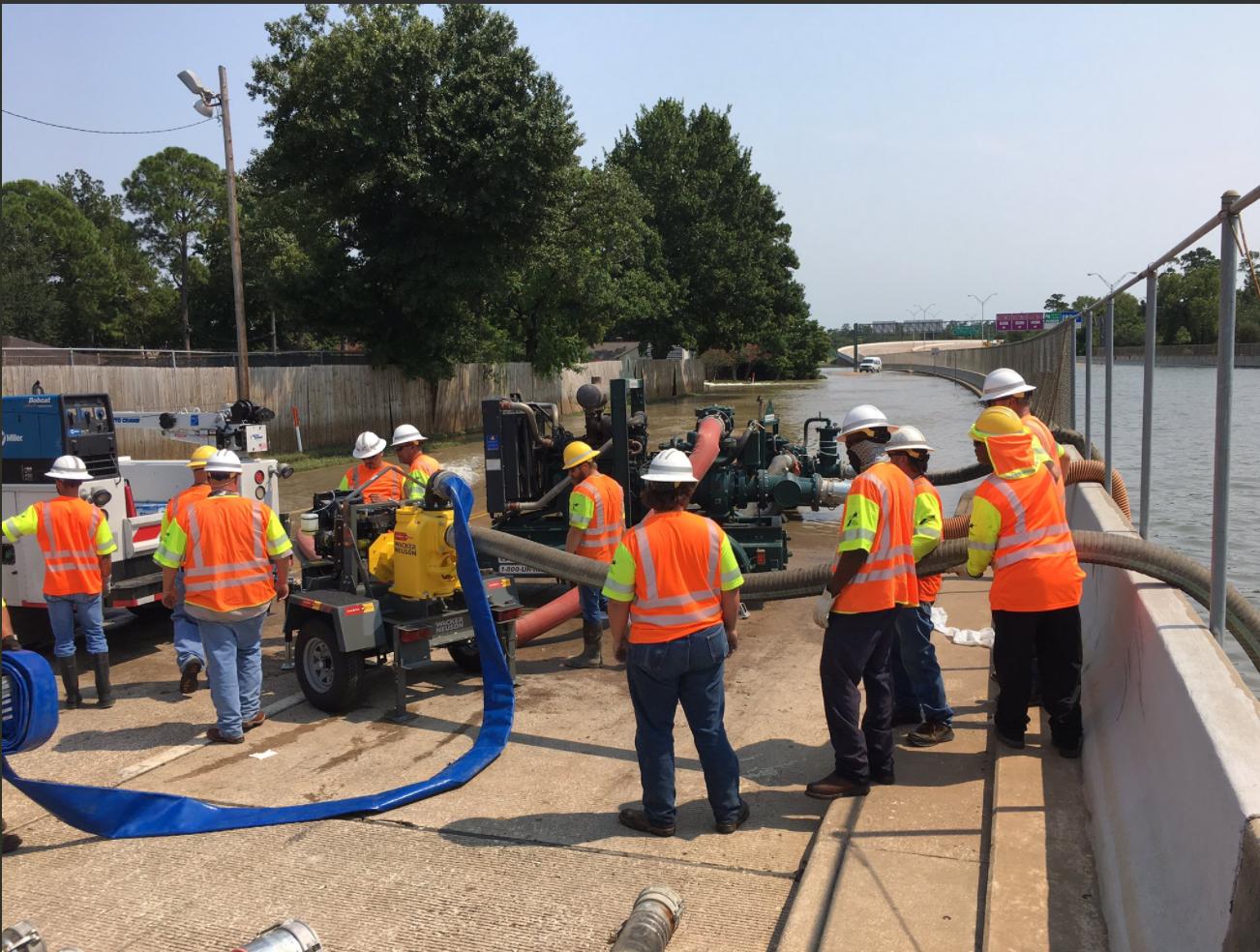 休士頓市政府出動抽水馬達清除路面積水。(休士頓市政府提供)