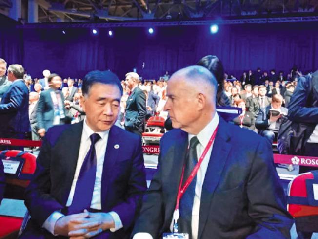 加州州長布朗(右)與中國國務院副總理汪洋(左)討論雙邊合作事宜。(圖:中國駐舊金山總領事館提供)