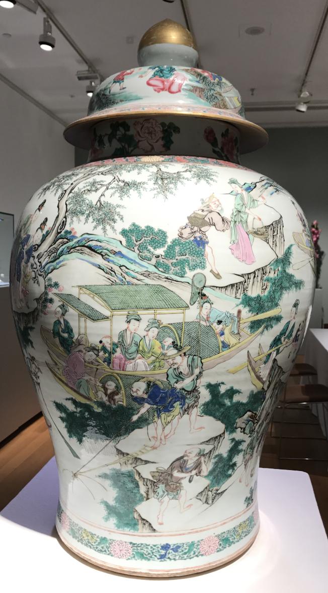 雍正粉彩花瓶製作精良。(記者俞姝含/攝影)