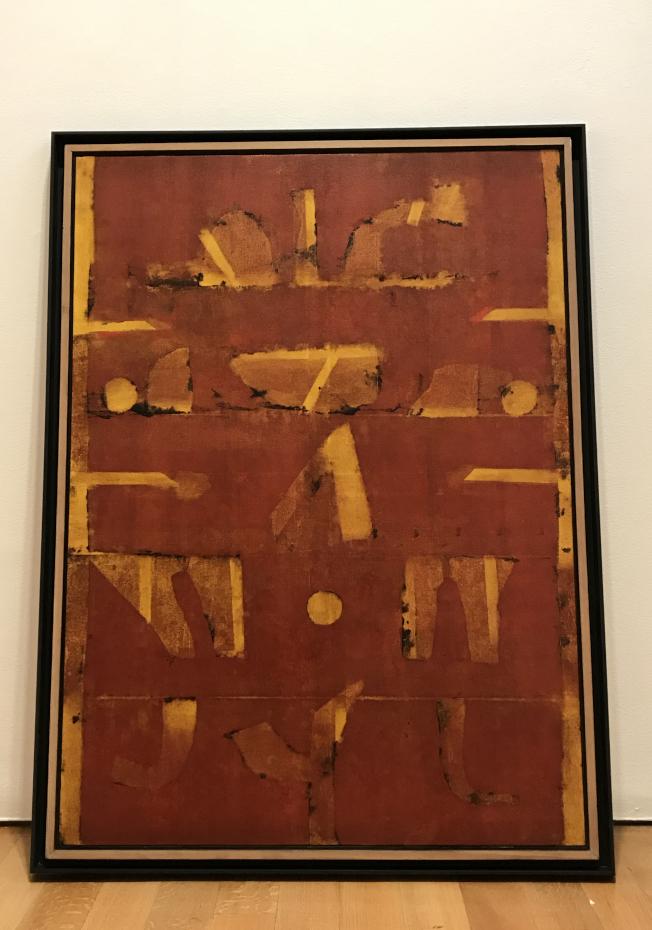 Vasudeo S. Gaitonde的油畫層次豐富,不同心境看出不同意義。(記者俞姝含/攝影)