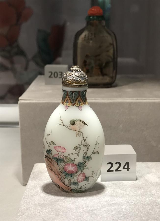 中國鼻煙壺製作精巧。(記者俞姝含/攝影)