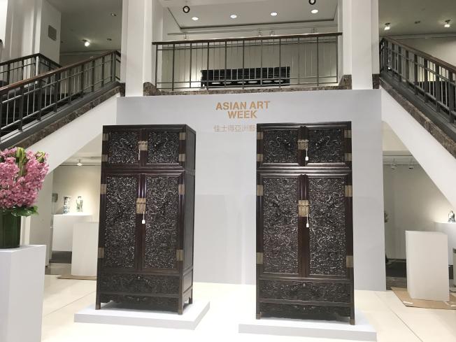 清19世紀紫檀雕雲龍紋四件櫃。(記者俞姝含/攝影)