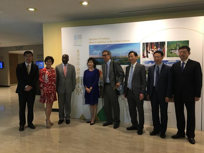 章啟月(左四)和卡索比(左三)等到場支持「世界知名城市『南京周』」。(記者李碩/攝影)