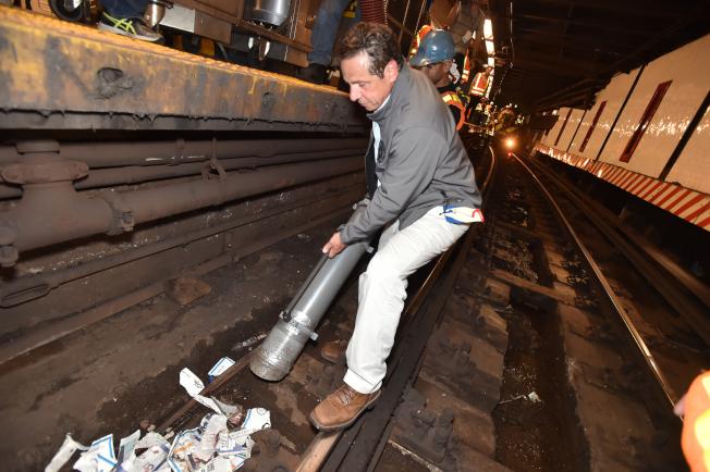 州長葛謨親身參與清理鐵軌垃圾。(州長辦公室提供)
