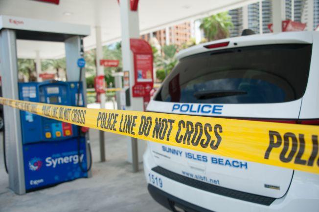 佛州陽光島上加油站存油已被搶購一空,警方在加油站拉上警戒線。(美聯社)
