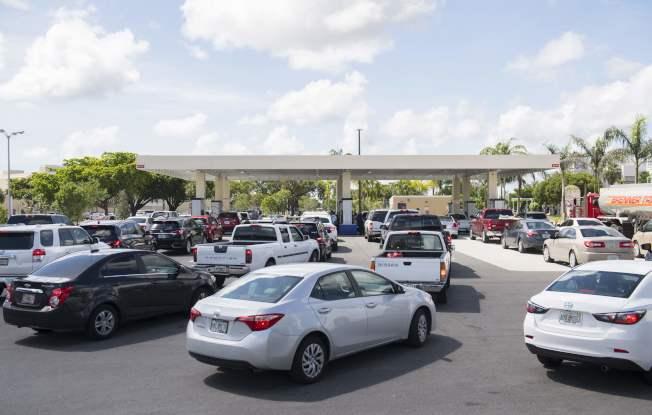佛州民眾在颶風厄瑪來襲前搶購汽油,圖為邁阿密加油站大排長龍。(美聯社)