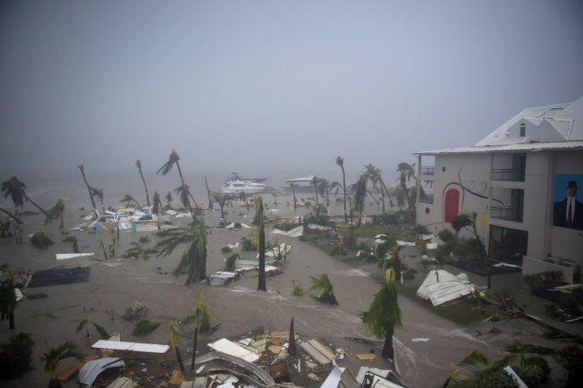 颶風厄瑪橫掃法屬聖馬丁島,屋損樹折。(Getty Images)